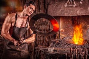 Mann som jobber i gruen med metall